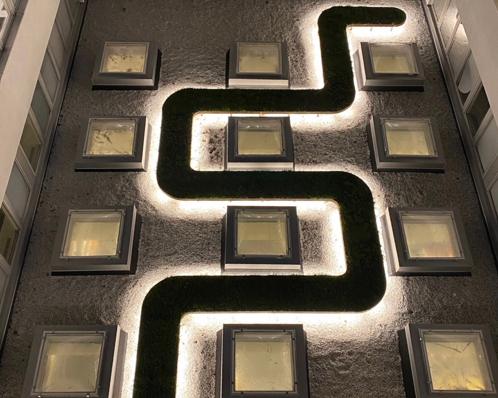 Belysningsarrangemang mellan takfönstren på innergård